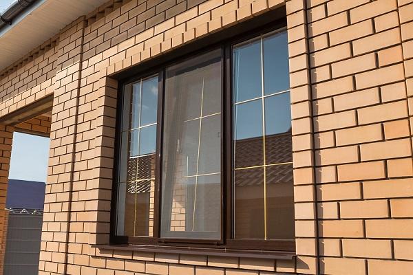 Коричневые окна с золотистой раскладкой фото про